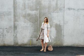 Blog_Nicetohave_Mag_Outfit-Trechnchcoat_Nude_Dress_Birkenstock_Hessnatur